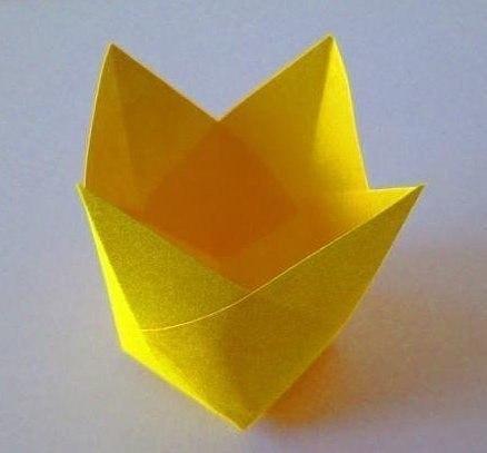 ТЮЛЬПАНЫ ИЗ БУМАГИ Небольшой квадратный лист бумаги сгибаем пополам вертикально, горизонтально и по диагонали. С четырех сторон ножницами делаем разрезы. Склеиваем разрезанные части друг с