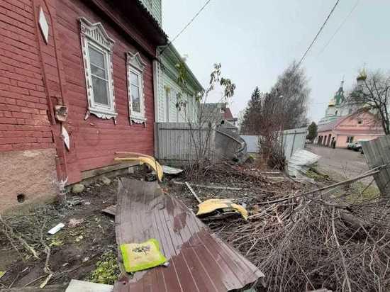 Заколдованный поворот: под Дмитровом машины регулярно врезаются в деревенские дома
