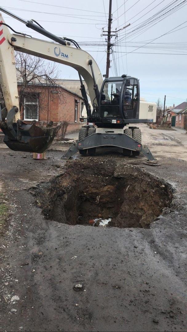 В Таганроге произошел очередной провал на самотечном канализационном коллекторе