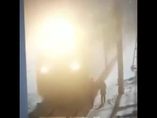 Поезд насмерть сбил маленькую девочку. :(