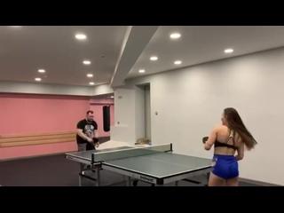 Секрет стройности - настольный теннис🏓 Чтобы ударить по мячу точнее, держи ракетку в руке прочнее😉За видео благодарим Ксению