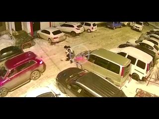 Тот мужик, что избил битой лифт, оказывается еще и натворил дел во дворе