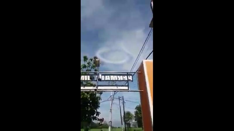 Странное облако появилось в небе над городом Кедири в Индонезии