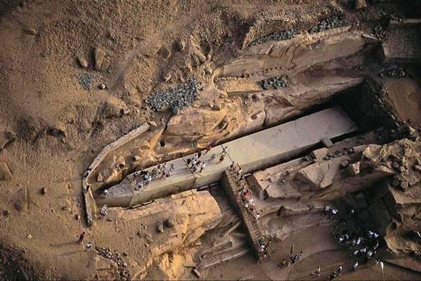 Незаконченный обелиск в Египте Этот обелиск был вырублен из скалы, но после того, как по граниту прошли трещины, строительство обелиска так и не было