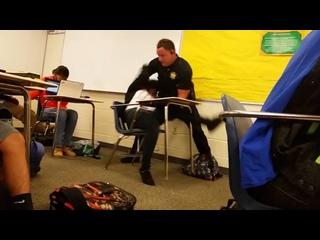 Американский полицейский рассказывает школьнице о правах человека и демократии
