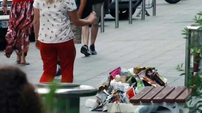 В центре Киева провели забавный эксперимент, призывающий людей не мусорить на улицах.