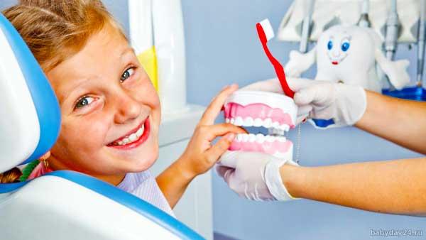 Детей следует показать ортодонту при первых признаках проблем с зубами.