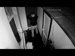 В отделе полиции № 1 УМВД России по городу Омску следователем возбуждено уголовное дело по факту попытки кражи из магазина алко
