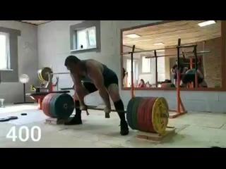 Сергей Дараган тянет с плинтов 400 кг. с использованием лямок.