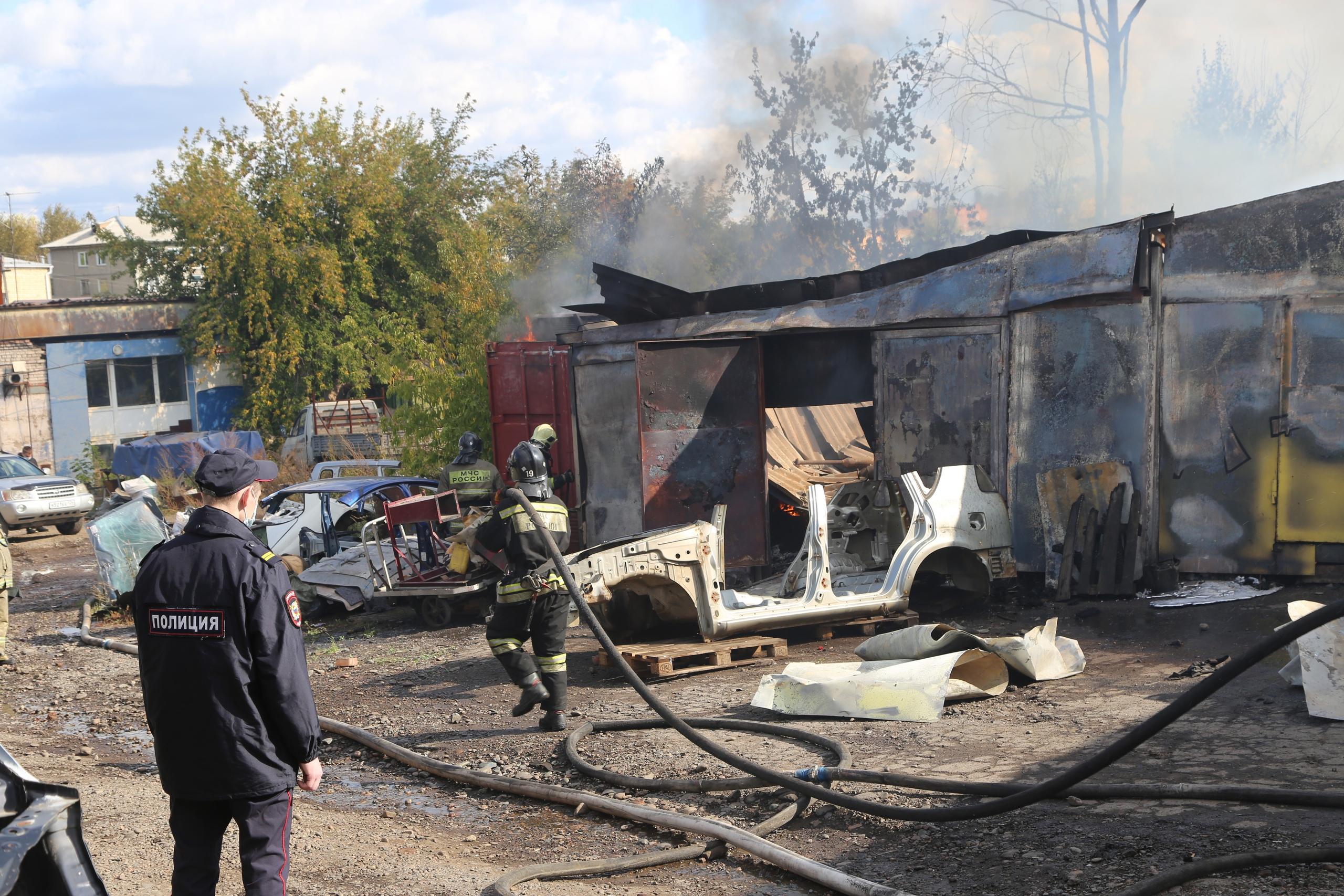 В Красноярске сгорел склад с авторазборкой 1