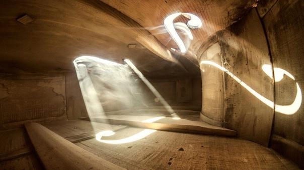 Фотографии, снятые внутри музыкальных инструментов. Румынский художник-сюрреалист и фотограф Эдриан Борда (Adrian Borda) создал серию снимков внутри старинной виолончели, вдохновившись