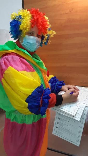 Омичка пришла на выборы в костюме клоуна и проголо...