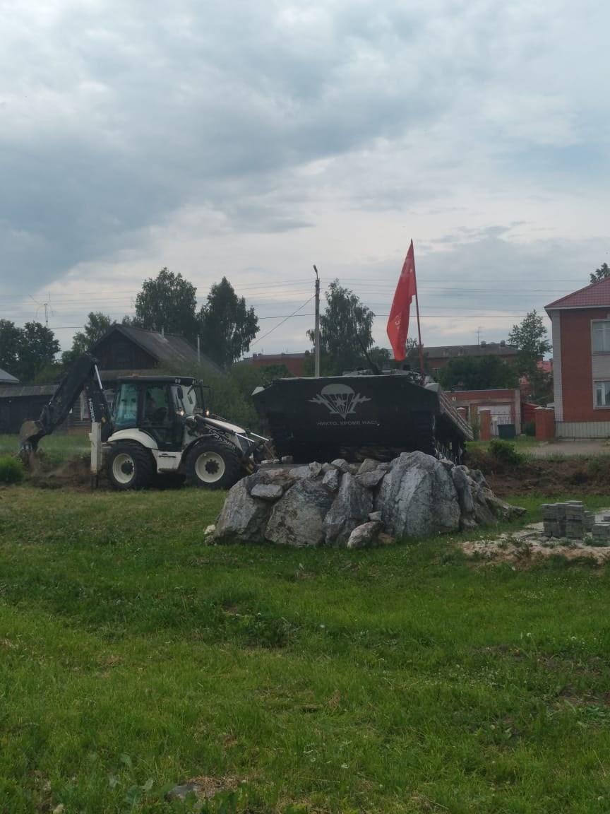 Сегодня начались работы по благоустройству территории памятника