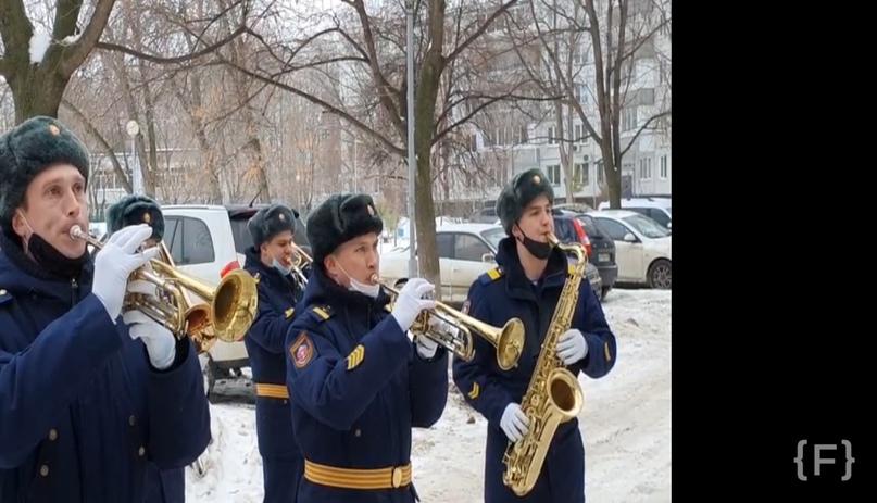Хорошие_новости: Бригада специального назначения Центрального военного округа провела мини-концерт у многоквартирного...