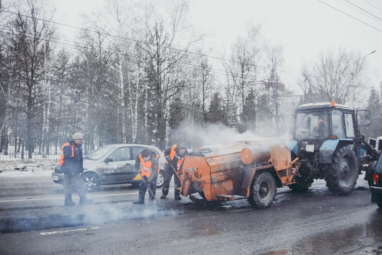 В Курске продолжают латать ямы на дорогах литым асфальтом