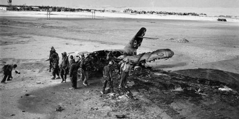 Солдаты возле уничтоженного самолёта ВВС Египта