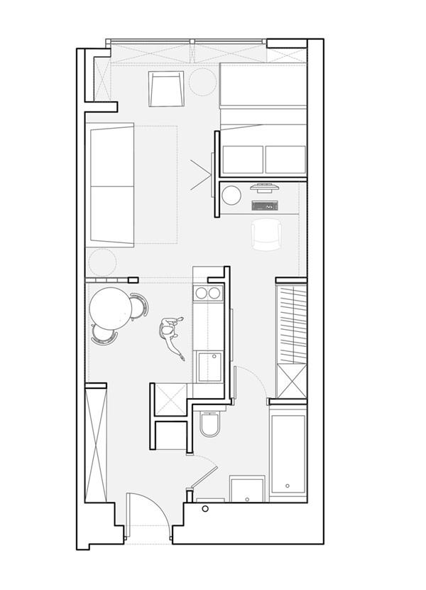 Нестандартная организация пространства прямоугольной студии с проходным санузлом.