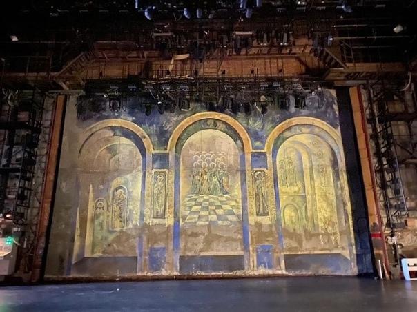 То, что скрыто от глаз…  Основная сцена театра драмы таит в себе немало секретов. Один из них -...