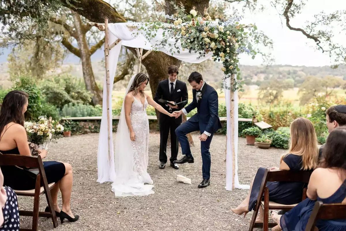V5ajUeEWspw - Что подарить на свадьбу - вещь или деньги в конверте?