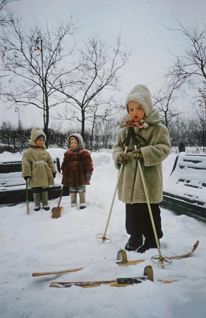 «Какие смешные и нелепые»: реакция моих внуков на зимние вещи, в которые раньше...