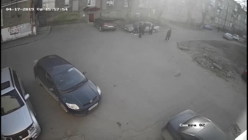 Разбиение стекол у авто на парковке