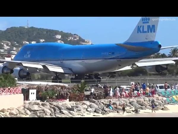 Взлет самолета на пляже Махо на острове Сен-Мартен.