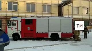 В Казани пожарные тушат крышу двухэтажного склада с комплектующими для яхт