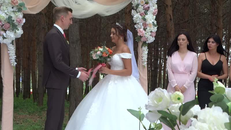 Отец сопровождает дочь во время церемонии бракосочетания