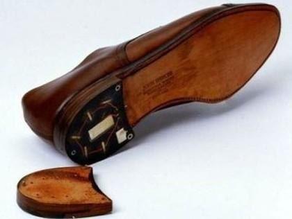 Туфли с ушами В 60-70-е годы западным дипломатам в Восточной Европе не рекомендовалось покупать обувь в местных магазинах. Зайдя в какой-нибудь торгсин, можно было приобрести не простые туфли, а