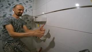 Монтаж полки из плитки в ванной с запилом углов под 45 градусов