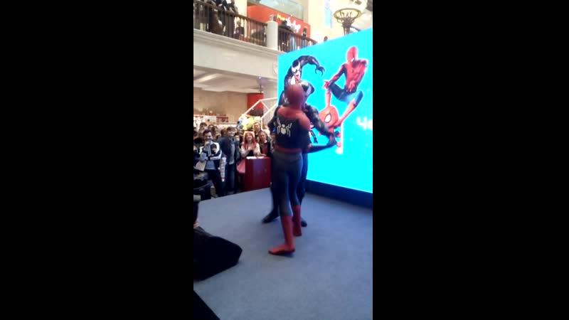 Человек паук танцует с Веномом