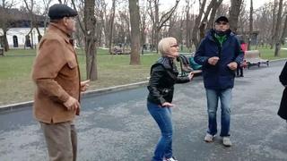 Ая яй,яй,девченка!!!Танцы сегодня в саду Шевченко!!!!