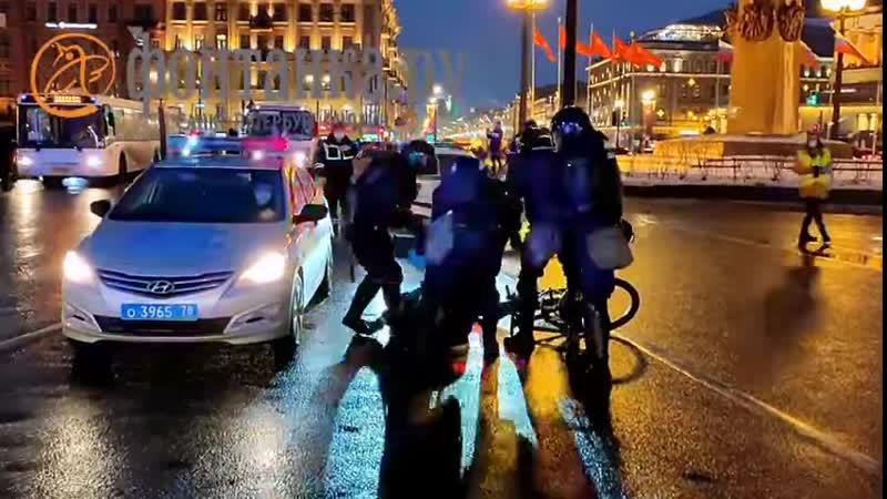 На площади Восстания дубинками и ногами избили велосипедиста